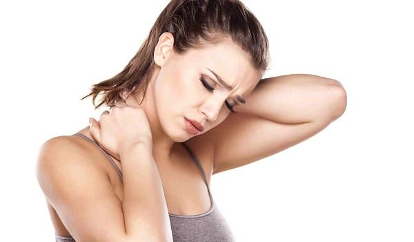 femeie cu durere de gat